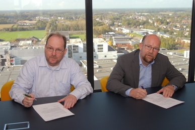 Henk van Engelen of ASML Foundation (left) and Kees Hoogendijk of the SmartKids Foundation sign the donation agreement at ASML headquarters in Veldhoven, NL.